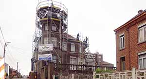 Villers-la-Ville: Echafaudage de façade pour une rénomation.